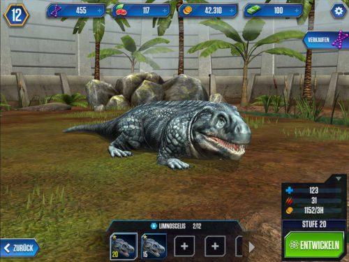 Füttere deine Saurier in Jurassic World, damit diese mehr Angriffskraft und Verteidigung bekommen. Bei den 10er Stufen musst du diese dann erstmal entwickeln