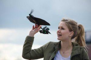 Um das SmartPlane Pro in die Luft zu bringen, einfach in der Hand etwas geneigt nach oben halten, auf Launch in der App tippen und losstarten