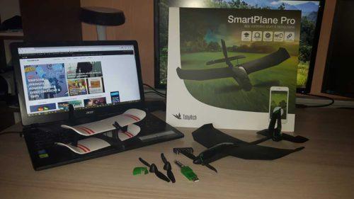 Das SmartPlane Pro (rechts) und der Moskito (links) im Vergleich. Vorne im Bild Ersatzpropeller, falls dieser kaputt geht